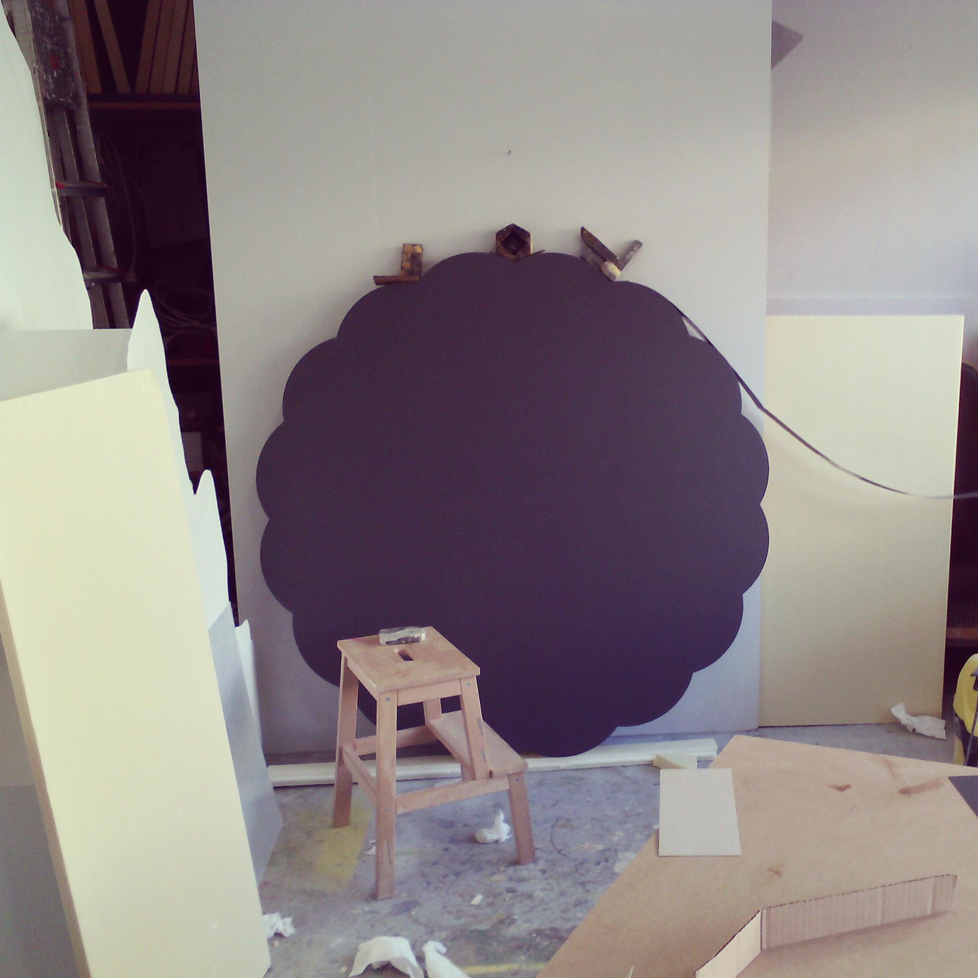 Travail d'une rosace bleu  à L'atelier pour l'exposition Olivier ROCHEAU
